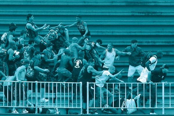2013, JOINVILLE: no jogo entre  atlético paranaense e vasco,  as atenções deixaram o campo e se voltaram para a violência nas  arquibancadas (Foto: Pedro Kirillos/Agência O Globo)