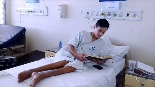Jovem diz conviver há 7 anos com fratura exposta e feridas após sofrer grave acidente