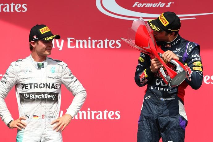 Nico Rosberg olha Daniel Ricciardo beijar troféu de vencedor do GP do Canadá (Foto: Getty Images)