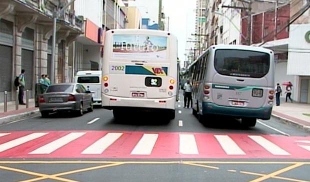 Motoristas e cobradores de ônibus interromperam trânsito em protesto contra atual sindicato da categoria. (Foto: Reprodução/TV Gazeta)