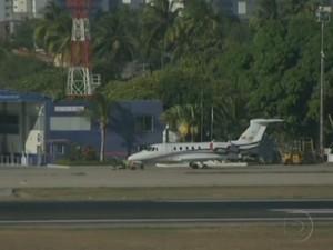 Cid Gomes atravessou pista de aeroporto e aeronaves tiveram de arrematar o voo (Foto: TV Globo/Reprodução)