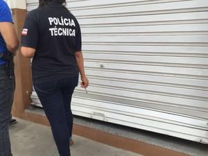 Porta de imóvel foi danificada por suspeito em arrombamento (Foto: Divulgação/ Polícia Civil)