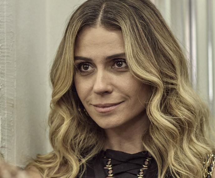 Atena se apresenta a Djanira (Foto: TV Globo)