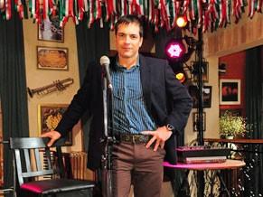 Diogo canta em um restaurante de comida italiana (Foto: TV Globo /João Miguel Júnior)