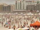 Chuva não intimida turistas e Praia do Forte fica cheia em Cabo Frio, no RJ