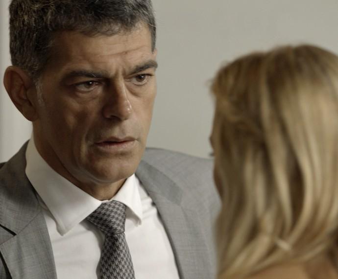 Orlando tem conversa séria com Lara (Foto: TV Globo)