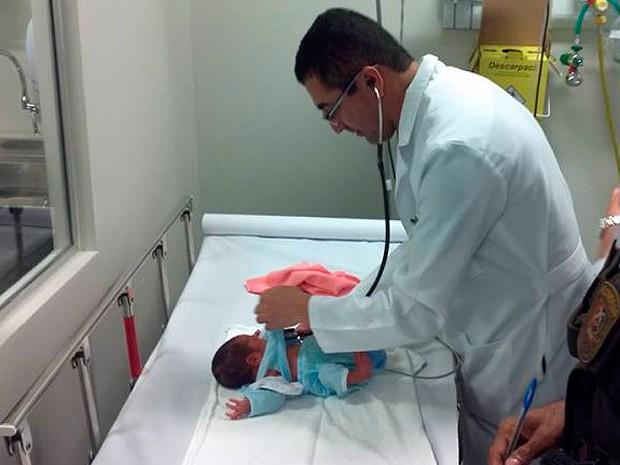 Bebê foi encontrado por populares que acionaram a polícia em Salvador, Bahia (Foto: Polícia Militar/ Divulgação)