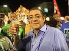 Zeca Pagodinho curte folia e toma cerveja na concentração da Sapucaí