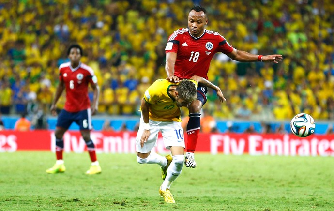 Zuniga entrada em Neymar jogo Brasil x Colômbia (Foto: Reuters)