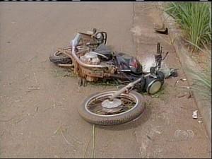 Motocicleta em que estava pai e filho mortos em acidente (Foto: Reprodução/TV Anhanguera)