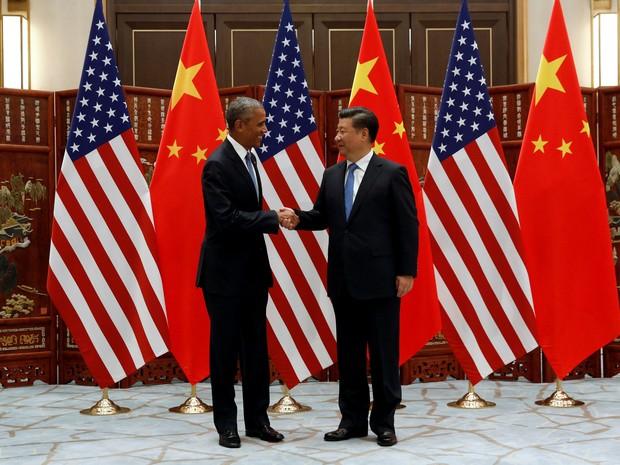 Barack Obama e Xi Jinping apertam as mãos em cerimônia paralela ao G20 neste sábado (3) em Hangzhou, na China; os líderes anunciaram que seus países ratificaram o acordo do clima (Foto: REUTERS/Jonathan Ernst)