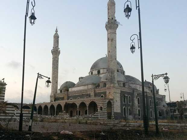 Imagem divulgada pela Shaam News Network mostra a fachada do centenário mausoléu em Homs, que foi parcialmente destruído nesta segunda-feira (22) (Foto: Shaam News Network/ AFP)