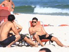 Sol e praia: Bruno Gissoni curte tarde com amigos
