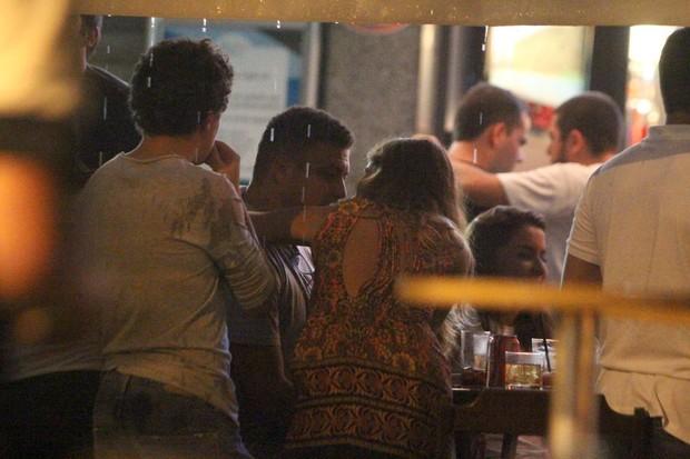 Ronaldo com Paula Morais e amigos em um restaurante no Rio (Foto: Delson Silva/ Ag. News)