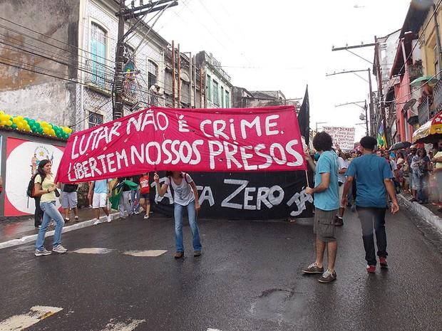 Manifestação durante o cortejo do 2 de julho na Bahia (Foto: Lílian Marques/ G1)