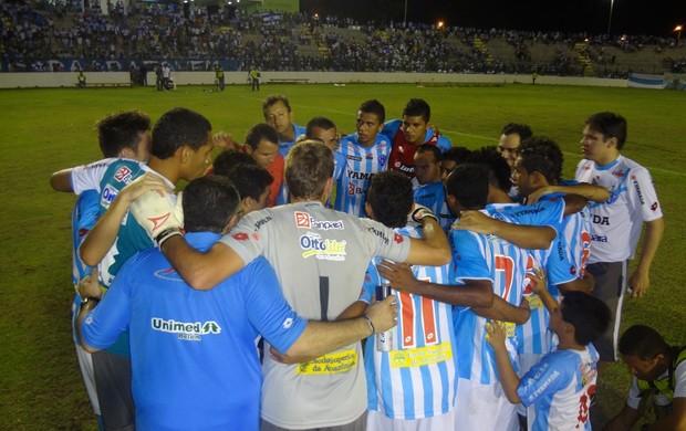 Jogadores do Paysandu se reunem para uma oração após a vitória sobre o Macaé, na Arena Verde (Foto: Gustavo Pêna/GLOBOESPORTE.COM)