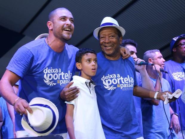Diogo Nogueira com o filho, Davi, na quadra da Portela na Zona Norte do Rio (Foto: Daniel Pinheiro/ Ag. News)
