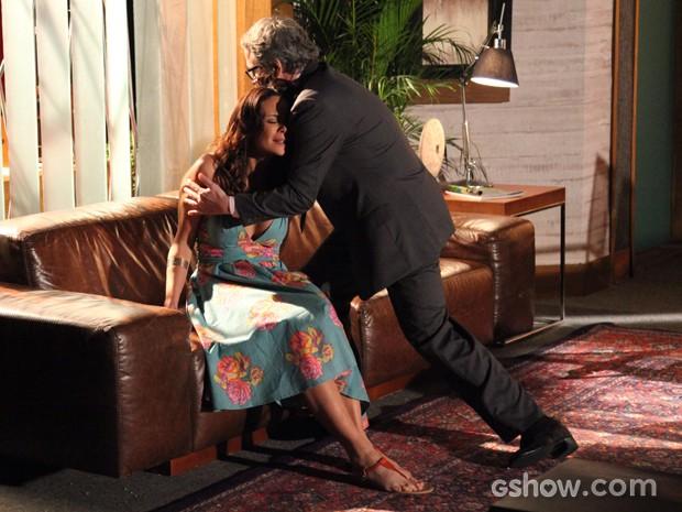 Nando socorre Juliana que teme perder o filho (Foto: Carol Caminha / TV Globo)
