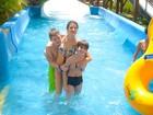 Isabelli Fontana se diverte com os filhos em parque aquático no Ceará