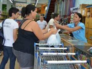 A balconista de mercado Jaqueline diz que terá mais tempo para a família (Foto: Magda Oliveira/G1)