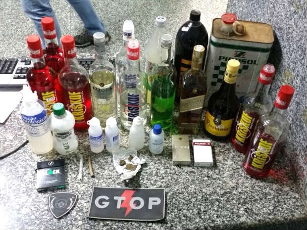 Drogas, bebidas e embalagens com  lança-perfume apreendidos em festa em São Sebastião, no DF (Foto: Polícia Militar/Divulgação)