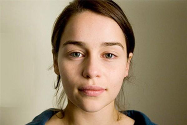 Emilia Clarke, a Daenerys Targaryen de Game of Throne, mostrou seu rostinho para o mundo em seu Facebook (Foto: Facebook)