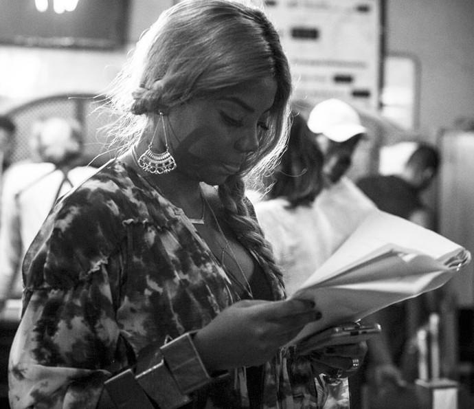Aplicada! Nos intervalos das gravações, Lud estuda o texto (Foto: Raphael Dias/Gshow)
