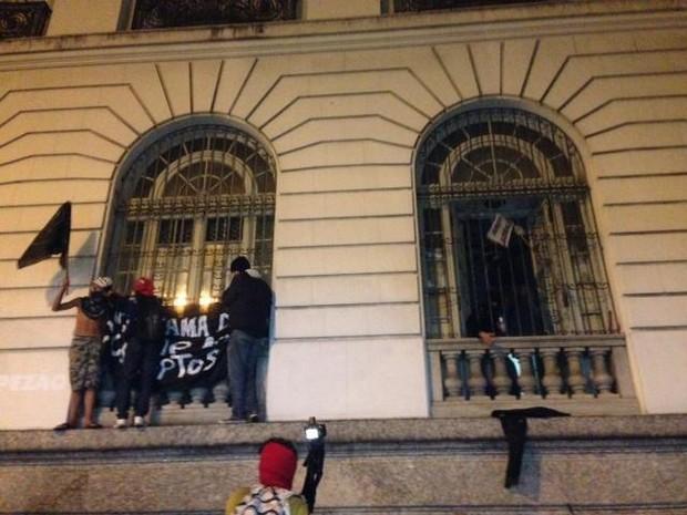 Câmara Rio grupo invade protesto (Foto: Isabela Marinho/G1)
