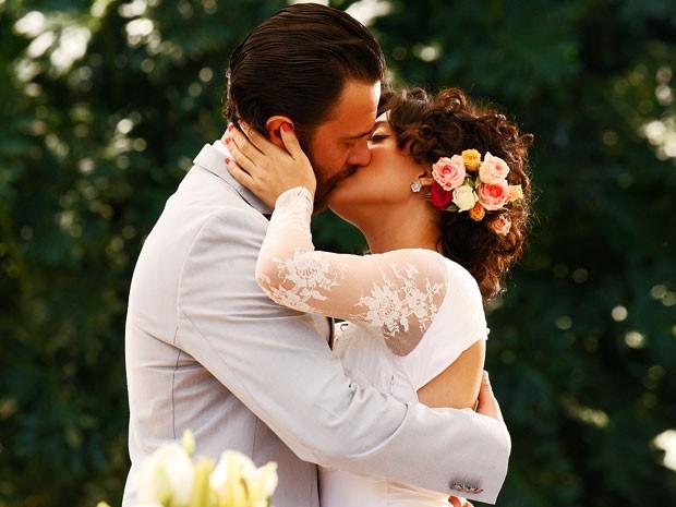 Rodrigo e Miriam trocam juras eternas de amor (Foto: Amor Eterno Amor/TV Globo)