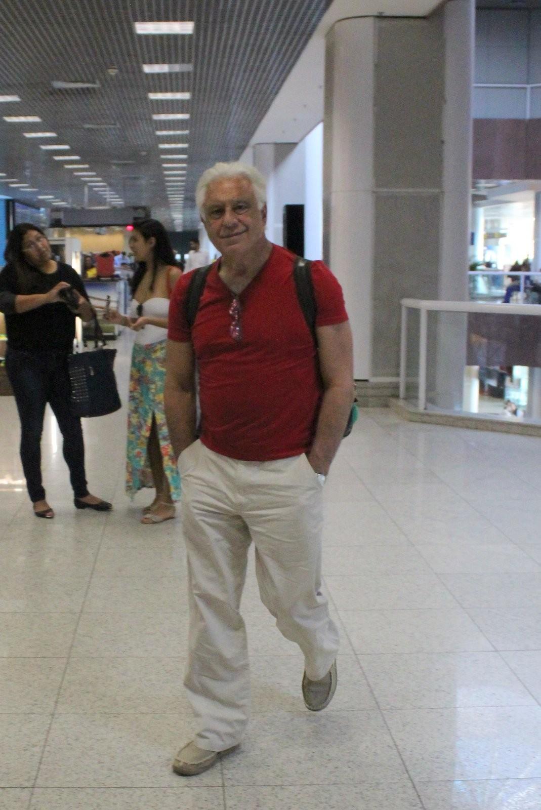 Antônio Fagundes passeia por livraria antes de embarcar em voo Quem  #546477 1069x1600