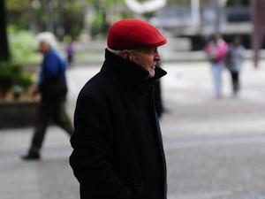 Idoso saiu de boina e casaco na tarde desta quarta-feira (26) (Foto: Marcelo Brandt/G1)