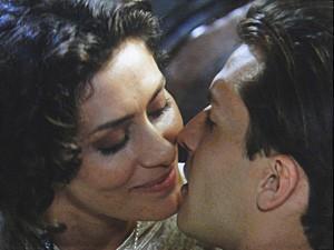 Dorleac joga seu charme para cima de Umberto (Foto: Lado a Lado / TV Globo)