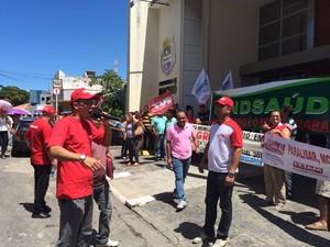 Servidores levaram faixas e cartazes para a porta da prefeitura de Maceió (Foto: Carolina Sanches/G1)