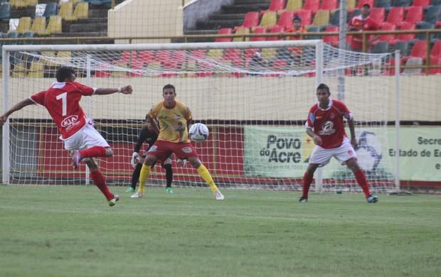 Galvez e Rio Branco se enfrentaram no estádio Arena da Floresta (Foto: João Paulo Maia)