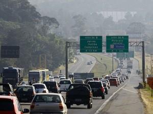 Motoristas enfrentavam lentidão nas rodovias que ligam SP ao interior (Foto: Luís Moura/AE)