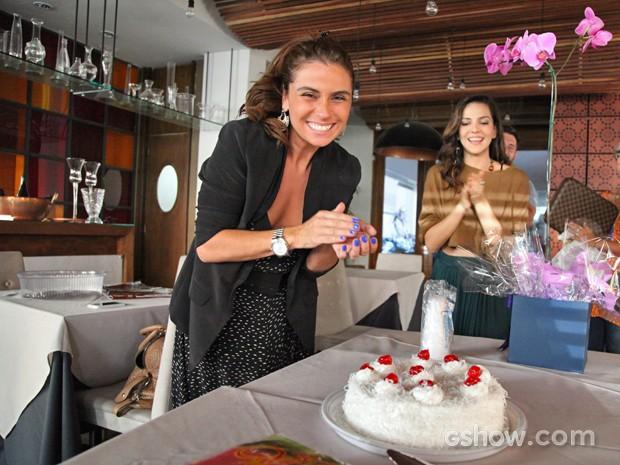 Giovanna antonelli ganha bolo e parabéns da equipe e Tainá Müller (Foto: Carol Caminha/ TV Globo)