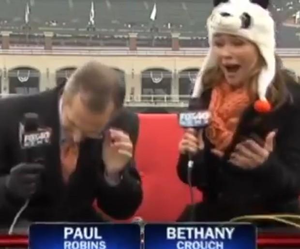 Pássaro 'acertou' cabeça de repórter durante transmissão ao vivo (Foto: Reprodução)