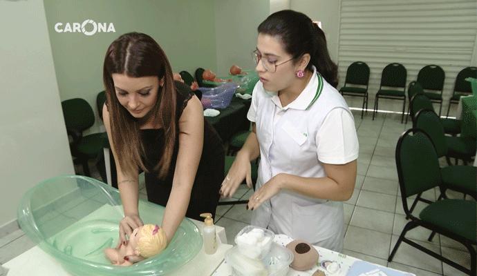 Cecília Ribeiro aprende os primeiros cuidados com bebês (Foto: carona)