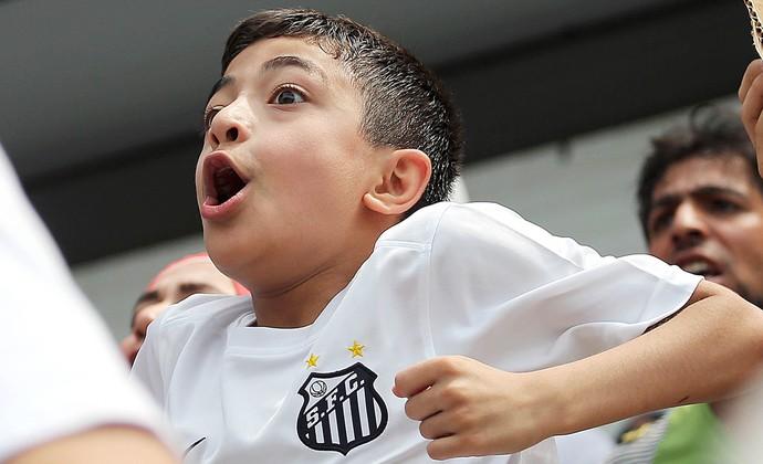 Garoto sírio vibra com gol do Santos na Vila Belmiro (Foto: Pedro Ernesto Guerra Azevedo/Santos FC)