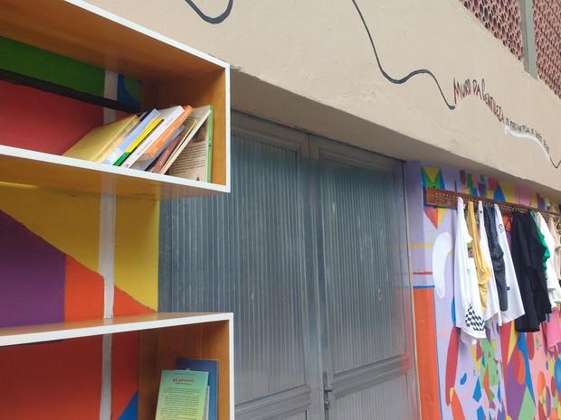 'Se precisa pegue, se quiser deixe', convida o 'Muro da Gentileza', criado para promover a prática do desapego (Foto: Daniel Silveira/G1)