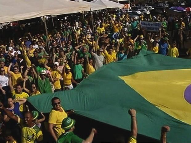 Moradores protestam contra o governo federal em Itumbiara, Goiás (Foto: Reprodução/ TV Anhanguera)