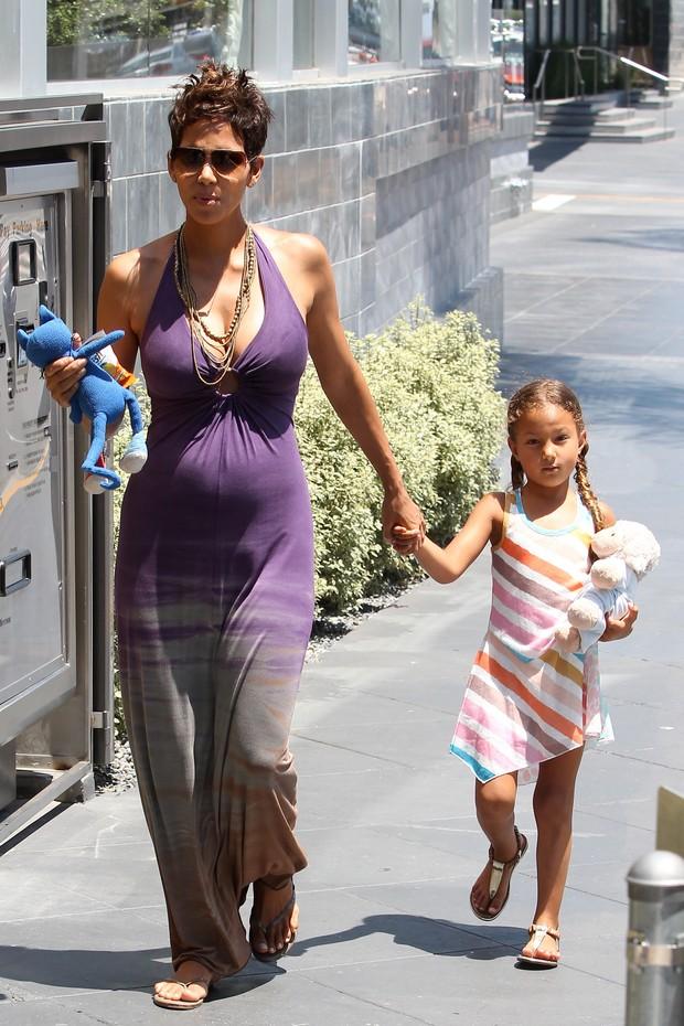 Grávida, Halle Berry passeia com a filha (Foto: Splash News)