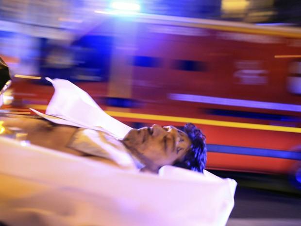 Corpo de vítima é retirado da casa de shows Bataclan, em Paris, após atentado terrorista (Foto: Thibault Camus/AP)