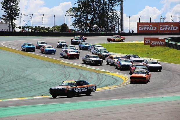 Largada da corrida 2 com destaque para Rodrigo Helal vindo de trás e passando 11 carros (Foto: Andre Santos/TimeSport)