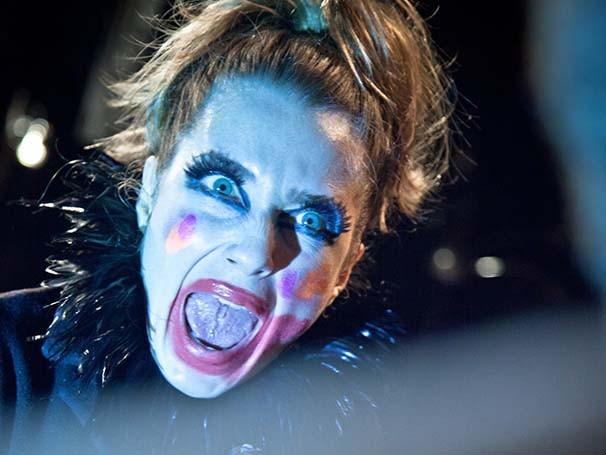 Maquiagem psicodélica de Letícia Spiller chama a atenção na peça (Foto: Divulgação)
