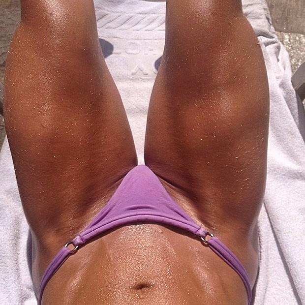 Michelly, ex-bbb, posta foto de pernas saradas (Foto: Instagram / Reprodução)