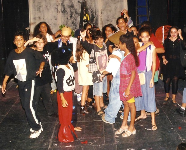 Ator com os amigos no grupo de teatro (Foto: Arquivo pessoal)