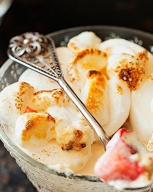 Sorvete assado com morangos e marshmallow, ideia da blogueira Tatiana Romano, do Panelaterapia. Potinhos de vidro Le Lis Blanc Casa (Foto: Elisa Correa/Editora Globo)