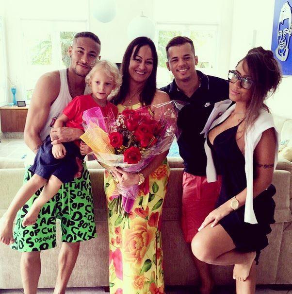 EGO - Neymar faz surpresa para mãe no Dia Internacional da Mulher ...