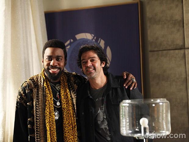 Bruno e Lázaro tiram fotos no final da gravação (Foto: Camila Camacho / TV Globo)